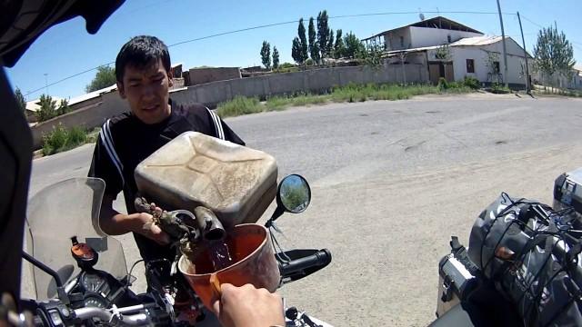 Uzbekistán: Gasolina y Billetes!!