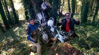Así se cuelga una moto de un árbol